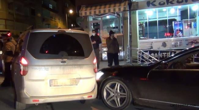 Alkollü sürücü yönetimindeki çakar takılı otomobil, polis aracına çarptı