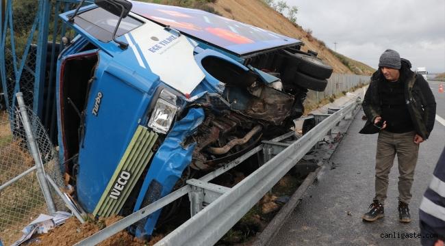 Şiddetli rüzgarın etkisiyle devrilen kamyonetin sürücüsü yaralandı