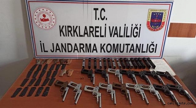 Yol kenarındaki poşetten 16 silah çıktı