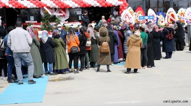 Açılışında sosyal mesafe kuralı ihlal edilen marketin faaliyeti durduruldu