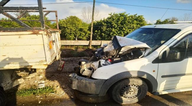 Adana'da hafif ticari araç ile kamyonetin çarpışması sonucu 3 kişi yaralandı