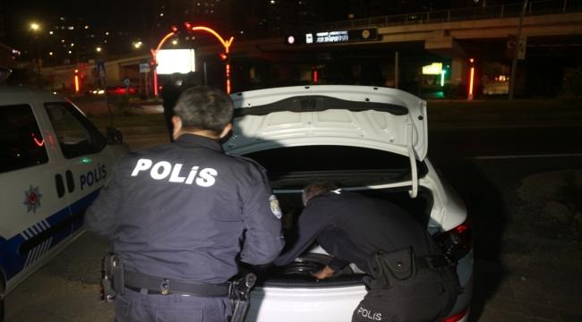 Adana'da sahte plaka takılı aracın sürücüsüne 5 bin 947 lira ceza kesildi