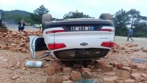 Tuğla yüklü kamyonla otomobil çarpıştı: 4 yaralı