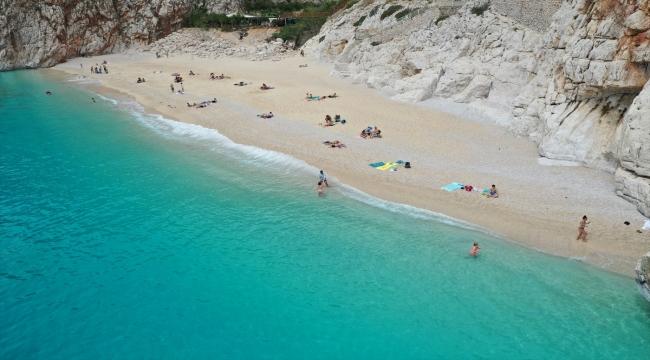 """Antalya'nın sahillerinde """"tam kapanma"""" öncesi yoğunluk yaşanıyor"""