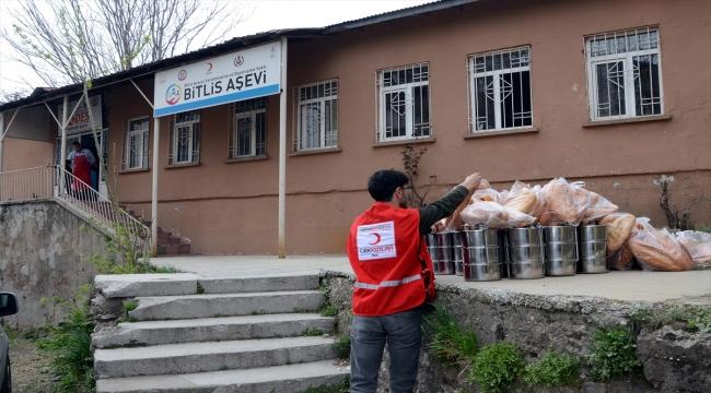 Bitlis'te Kızılay gönüllüleri evleri dolaşarak sıcak yemek dağıtıyor