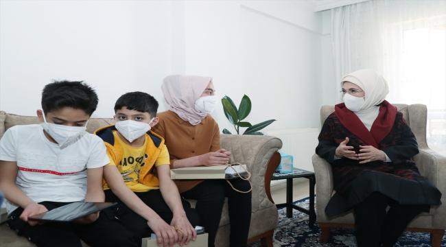 Emine Erdoğan Suriyeli bir aileyi ziyaret etti