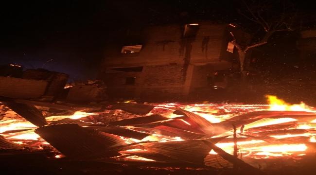 Artvin'de çıkan yangında ilk belirlemelere göre 4 ev yandı