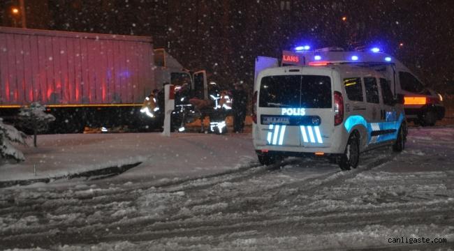 İki tırın çarpıştığı kazada kabine sıkışan sürücü yaralandı