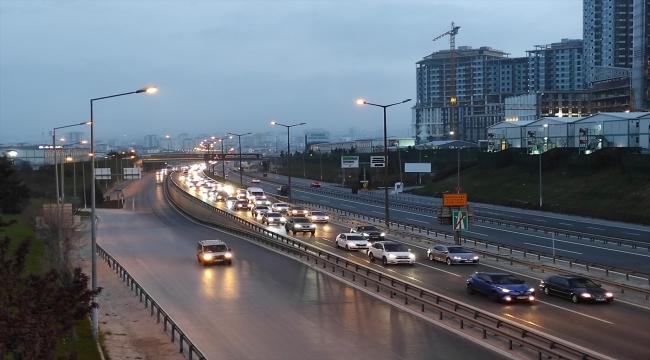 """İstanbul'da, """"tam kapanma"""" öncesinde şehir dışına çıkmak isteyenler nedeniyle trafik yoğunlaştı"""