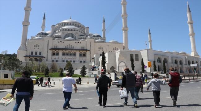 İstanbul'da tam kapanmada vatandaşlar cuma namazı kıldı