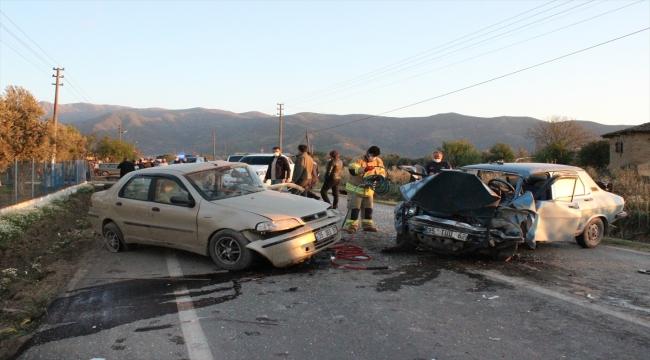 İki otomobil çarpıştı: 1'i ağır, 3 yaralı