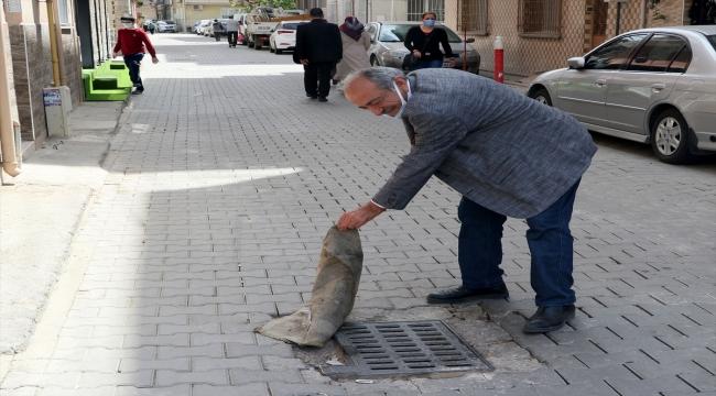 İzmir'de kanalizasyondan gelen koku nedeniyle mazgalların üzerine halı ve kilim örttüler
