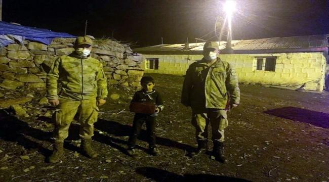 Jandarma ekiplerinden Ardahan'da izolasyondaki çocuğa doğum günü sürprizi