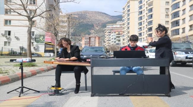 Kahramanmaraş'ta otizmli genç piyanist yaya geçidinde piyano çaldı