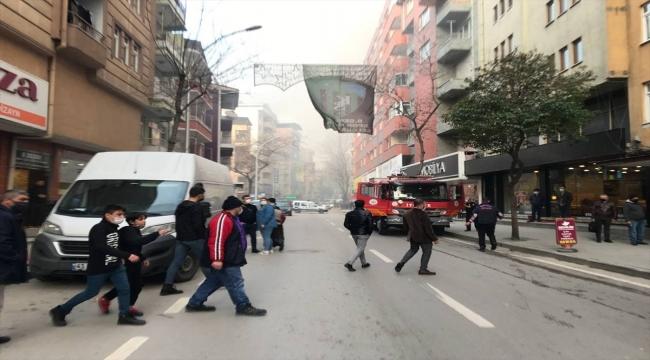 Kocaeli'de 6 katlı binanın çatısında çıkan yangında 2 kişi dumandan etkilendi