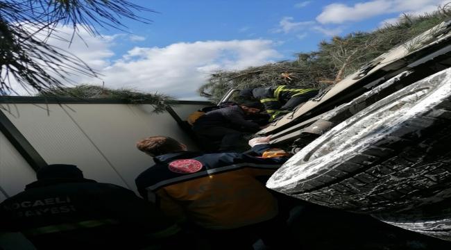 Kocaeli'nde devrilen tırın şoförü yaralandı