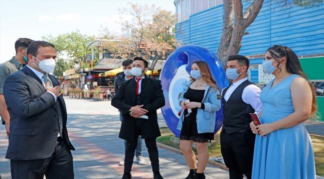Kovid-19 tedbirlerine katılan Fethiye Kaymakamı Eyüp Fırat, yeni evlenen çifte maske hediye etti