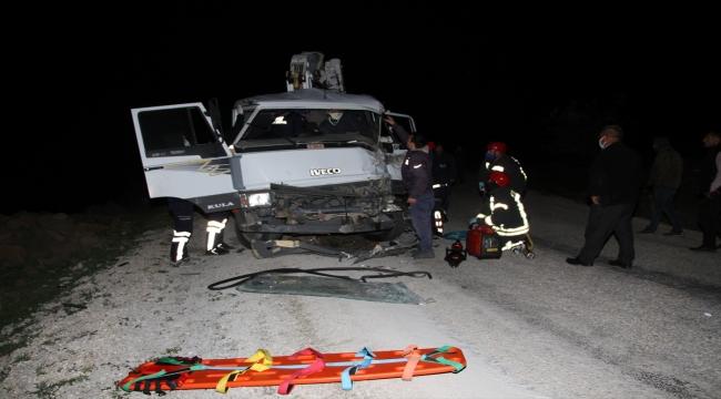 Manisa'da tıra çarpan kamyonet sürücüsü yaralandı