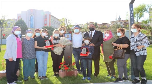Mersin'de Kovid-19'dan yaşamını yitiren sağlık çalışanlarının ailelerine plaket verildi