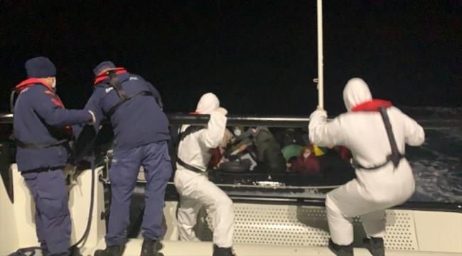 Muğla'da denizde sürüklenen lastik bottaki 13 düzensiz göçmen kurtarıldı