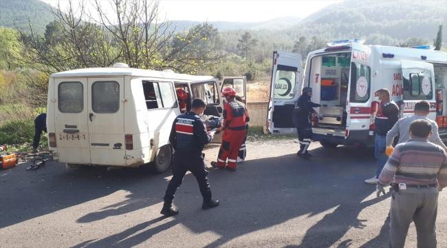 Mezarlık duvarına çarpan minibüste 2 kişi yaralandı