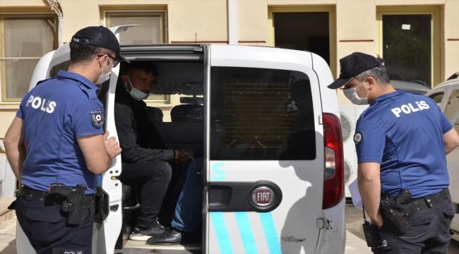 Şanlıurfa'da bir kişinin bıçaklı ve sopalı saldırıya uğraması güvenlik kamerasına yansıdı