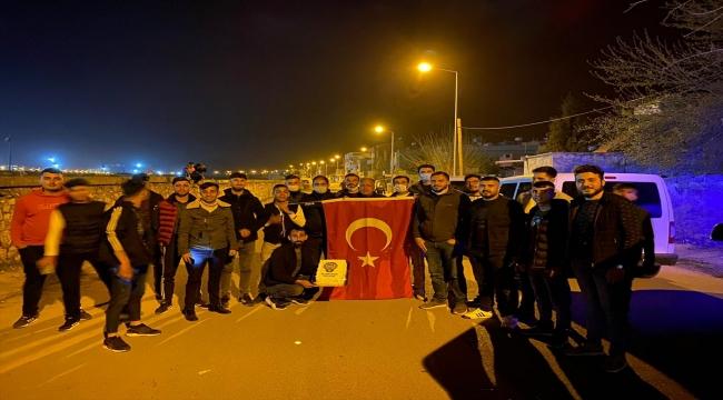 """Siirtli gençler, """"kavga çıktı"""" ihbarıyla mahalleye gelen polislere sürpriz yıl dönümü kutlaması yaptı"""