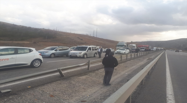 Sivas-Kayseri kara yolunda devrilen vinç yüklü çekici ulaşımı engelledi