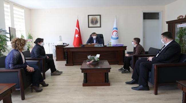 """Sivas'ta diş çektirme korkusunu yenen ilkokul öğrencisine """"kahramanlık belgesi"""" verildi"""