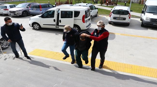 Tekirdağ'da Atatürk büstlerine uygunsuz yazı yazdığı iddiasıyla yakalanan zanlı adliyeye sevk edildi