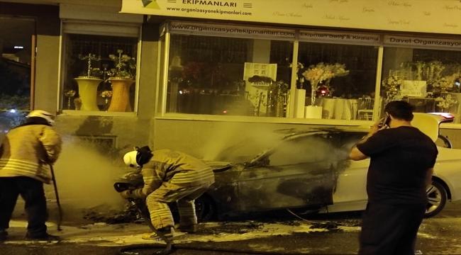 Ataşehir'de seyir halindeyken alev alan otomobil kullanılamaz hale geldi