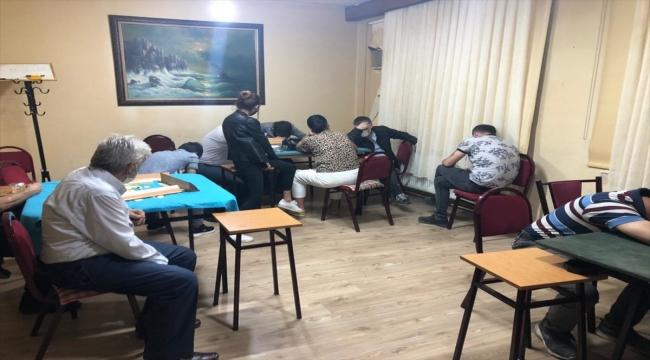 Ruhsatsız iş yerinde kumar oynayan 17 kişiye ceza
