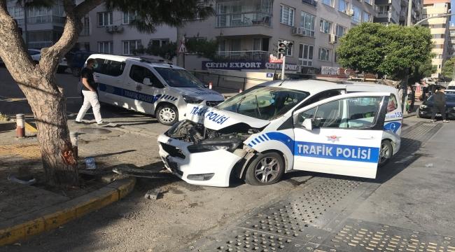 İzmir'de hafif ticari aracın çarptığı polis aracındaki iki trafik polisi yaralandı