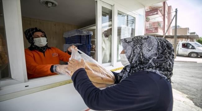 Mersin'de bir hayırsever aldığı 4 bin ekmeği vatandaşlara ücretsiz dağıttırdı