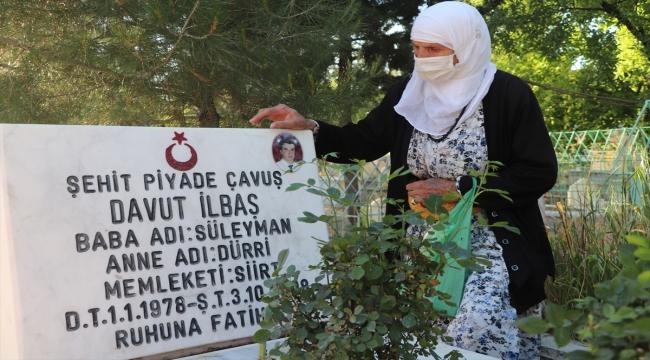 Siirt Valisi Hacıbektaşoğlu 81 yaşındaki şehit annesinin evladının kabrini ziyaret isteğini yerine getirdi