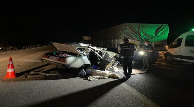 Adana'da otomobilin tıra çarpması sonucu 1 kişi öldü, 3 kişi yaralandı