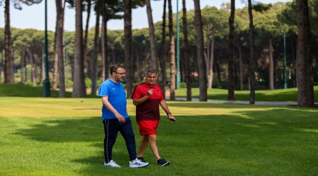 Bakan Kasapoğlu, A Milli Futbol Takımı'nın kampında Şenol Güneş ile buluştu