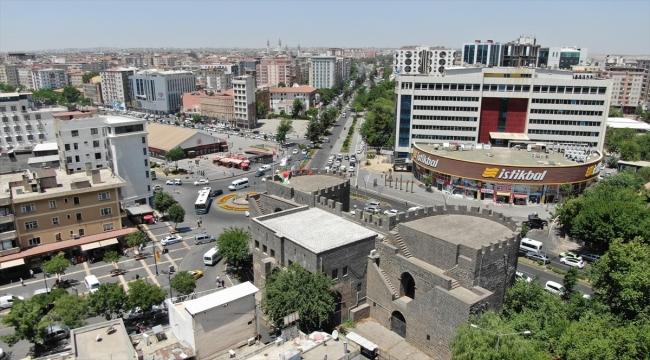 """Diyarbakır'ın tarihi surlarındaki Dağkapı burçları """"Hamit Aytaç Hat Müzesi"""" olacak"""