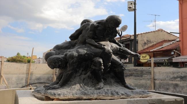 """Edirne'de Tankut Öktem imzalı """"Pehlivanlar"""" heykeli görünür olması amacıyla Saraçlar Caddesi'ne taşındı"""