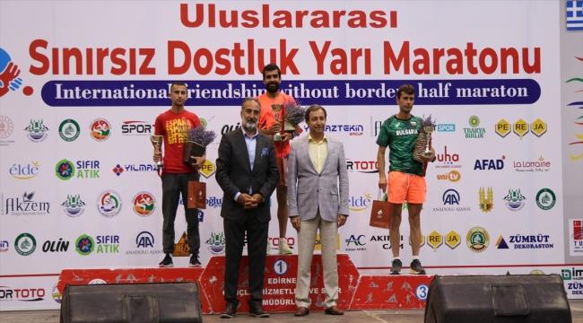 Edirne'deki 6. Sınırsız Dostluk Yarı Maratonu'nda dereceye girenlere ödülleri verildi