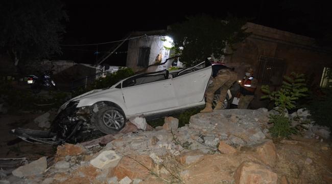 Gaziantep'te otomobil evin bahçesine devrildi: 2 yaralı