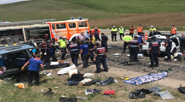 GÜNCELLEME - Sivas'ta hafif ticari araç ile otomobil çarpıştı: 9 ölü