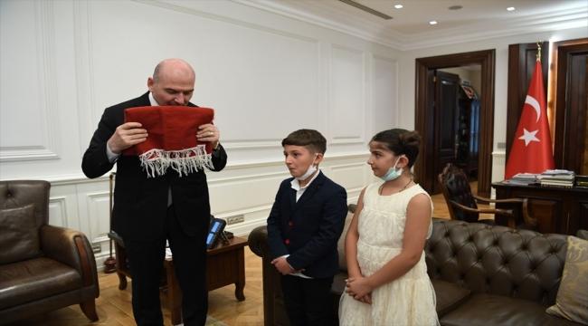 İçişleri Bakanı Soylu, Batman'da duvara asılı Türk bayrağını öpen çocukları ağırladı