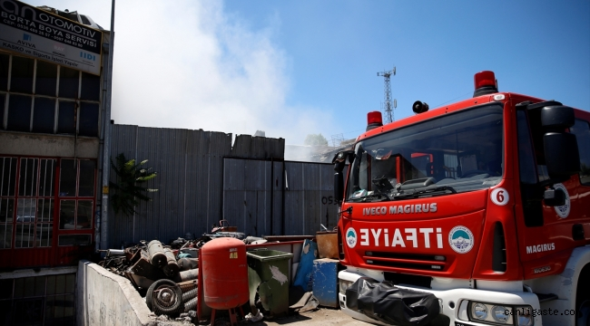 Kayseri'de bir depoda yangın çıktı, 2 iş makinesi zarar gördü