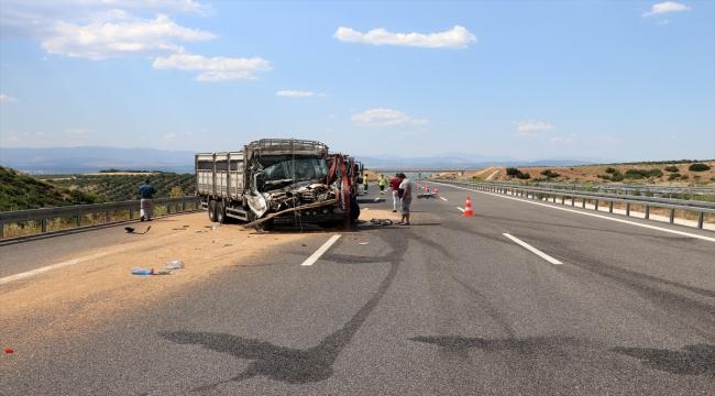 Manisa'da kamyonet, kamyona arkadan çarptı: 1 ölü, 1 yaralı