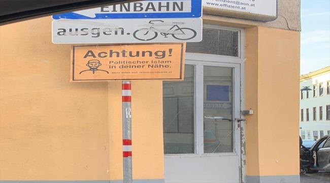 """Müslümanların """"dijital harita""""yla fişlendiği Avusturya'da camilere ırkçı levhalar asıldı"""