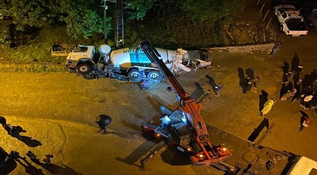 Rize'de çöken yoldaki beton mikseri otomobilin üzerine devrildi