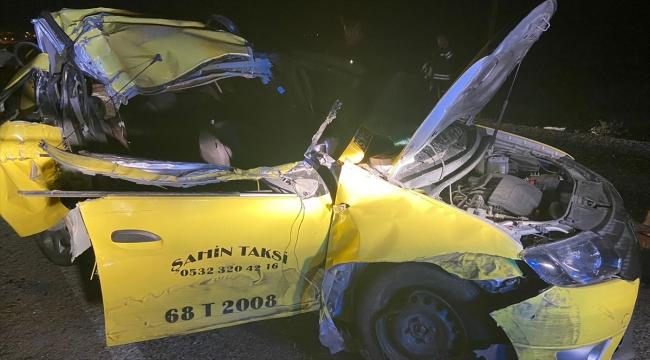 Aksaray'da ticari taksi arpa yüklü traktör römorkuna çarptı: 1 ölü, 2 yaralı