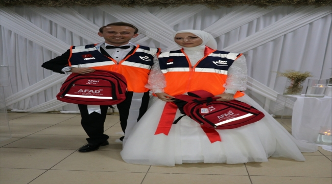 """Bolu'da AFAD gönüllüsü gelin ve damadın takısı """"Afet ve acil durum çantası"""" oldu"""