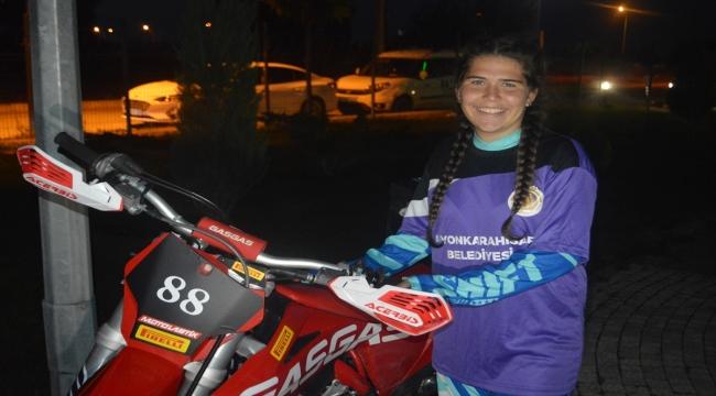 Dünya Kadınlar Motokros Şampiyonası'nda Türkiye'yi temsil edecek Yıldırım, sanatçı İrem Derici'yle buluştu